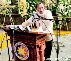 Pinangunahan ni Punong Mahistrado Reynato S. Puno ang pagdiriwang sa Kalookan ng ika-111 Araw ng Kalayaan. (Larawan mula sa Supreme Court website)